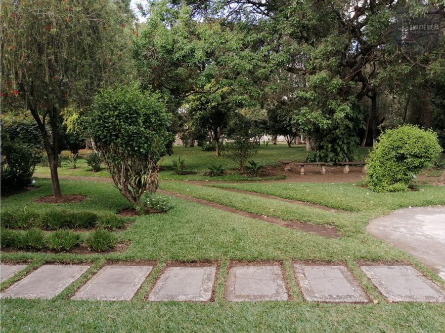 casa en alquiler en antigua guatemala con amplio jardin
