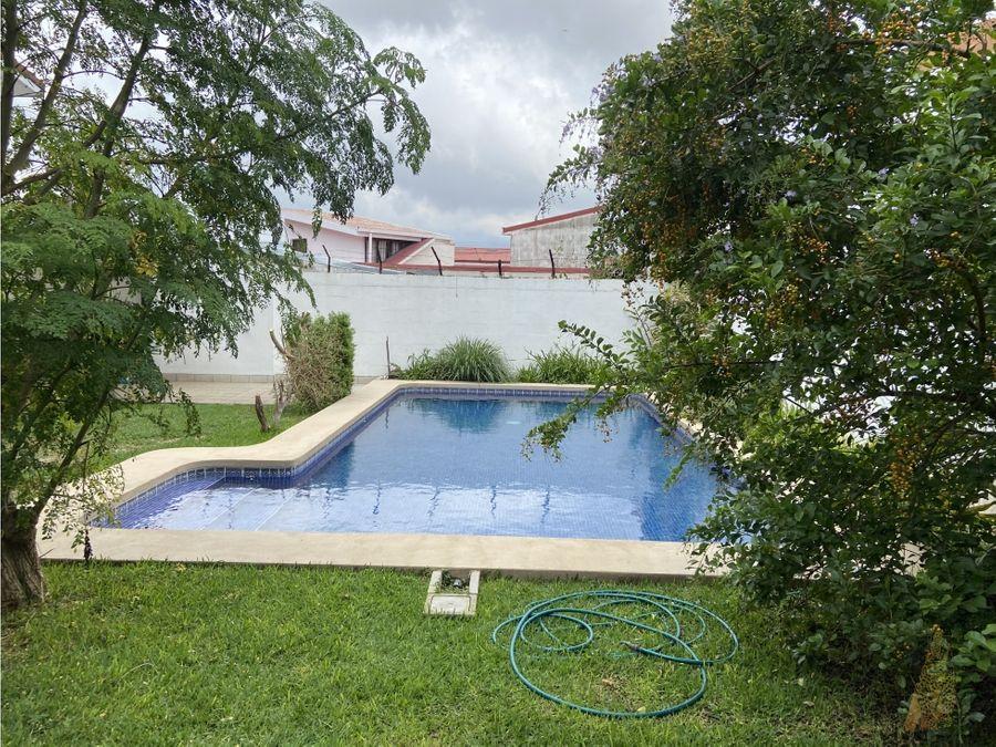 se alquila casa con piscina en rohrmoser