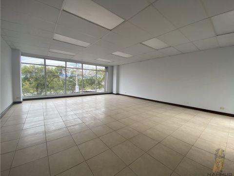 se alquila oficina en edificio en sabana norte
