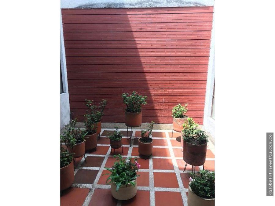 amplia casa de dos plantas esquinera barrio la flora