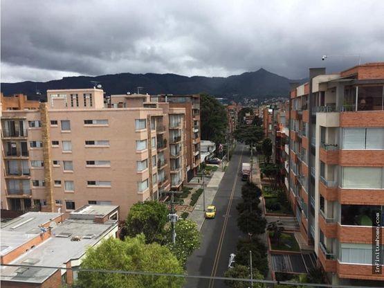 chico navarra con vista a cerros con balcon