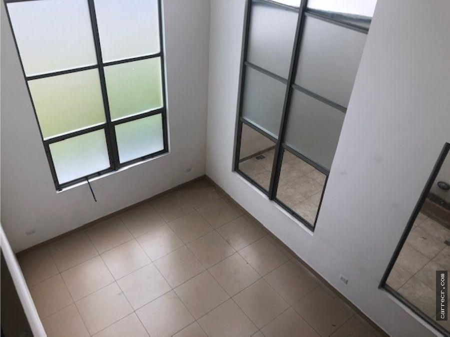 casa en condominio de tres pisos en pinares curridabat