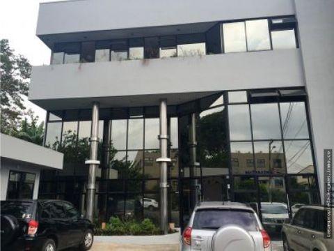 se alquilan oficinas en edificio en sabana norte