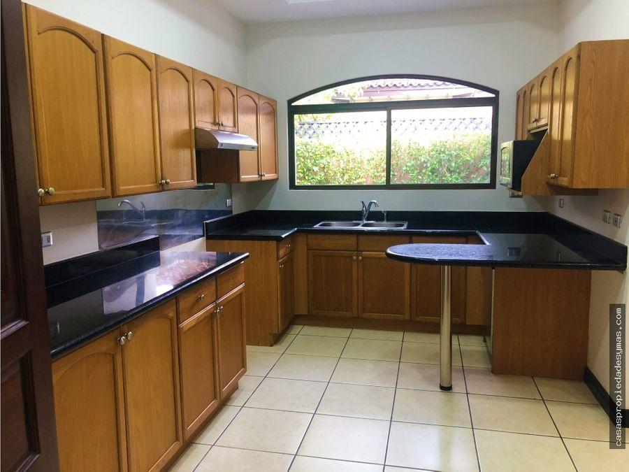 se vende casa en exclusivo residencial en lindora santa ana