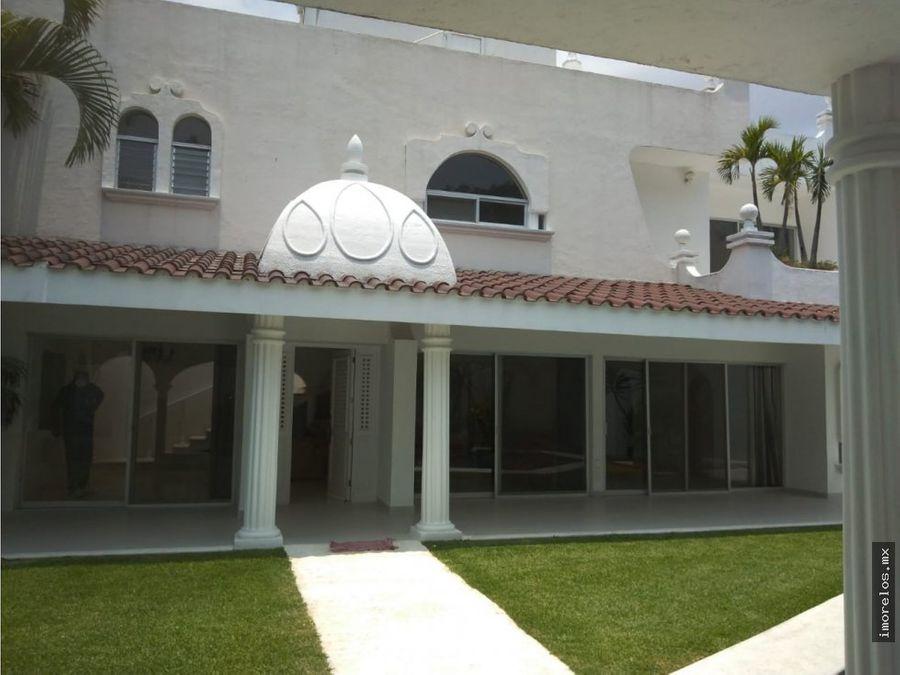 casa amplia sobre avenida principal de palmira