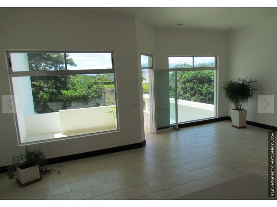 casa de dos niveles con piscina escazu centro