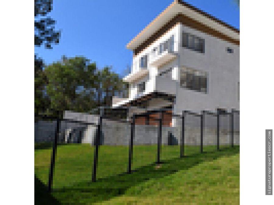 casa de tres niveles en condominio guachipelin