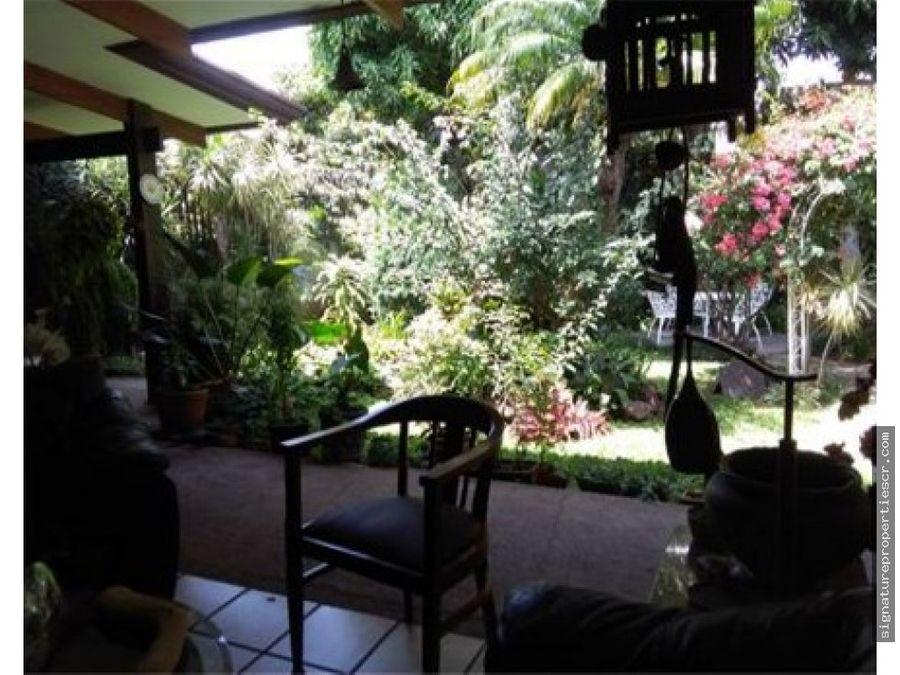 casa estilo rustico con amplios jardines