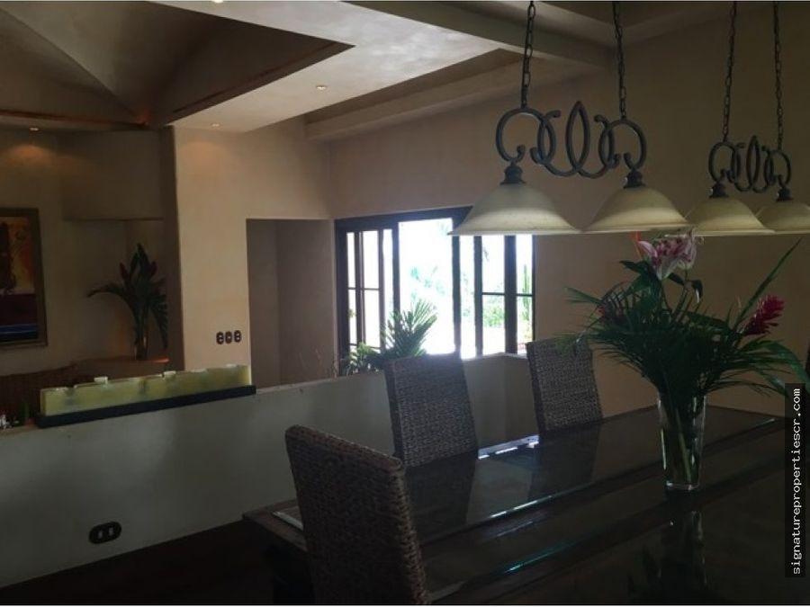 casa de lujo de tres niveles villa real