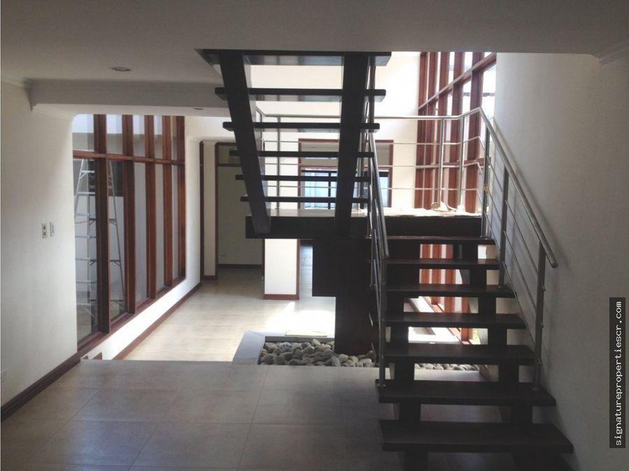 casa de dos niveles en residencial ciudad colon