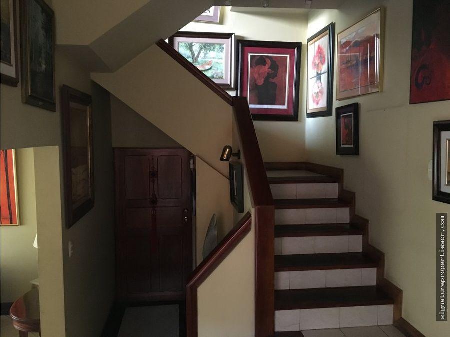 casa de 3 niveles en condominio barrio dent