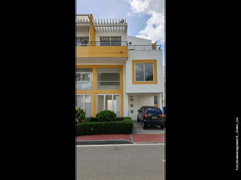 se arrienda casa de tres niveles con aire y cortinas