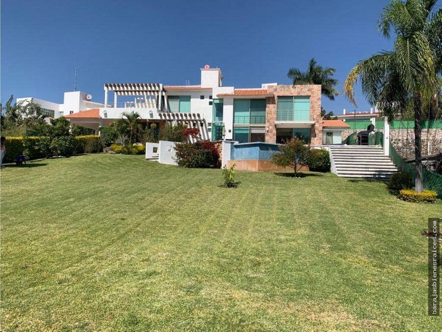 casa en venta con jacuzzi alberca y amplio jardin en lomas de cocoyoc