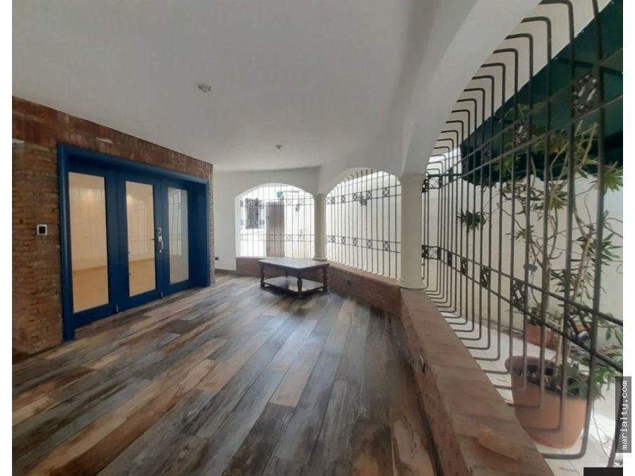 se alquila casa de 2 niveles con 4 habitaciones en las praderas