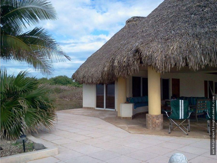 se vende casa en monterrico a orilla del mar