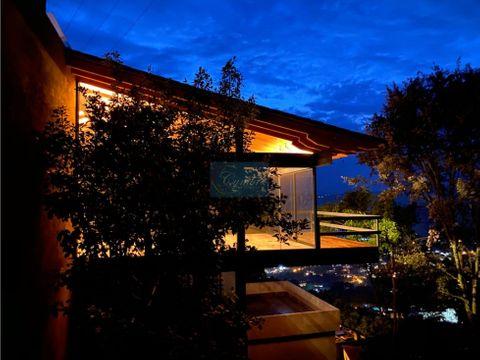 moderna residencia con vista al lago