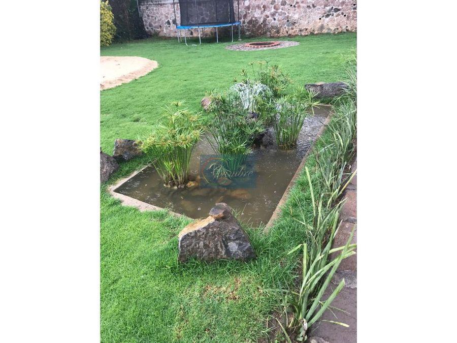 casa con extenso jardin