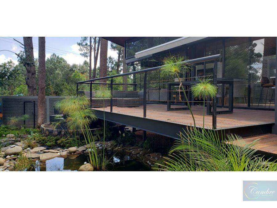 casa moderna enclavada en el bosque
