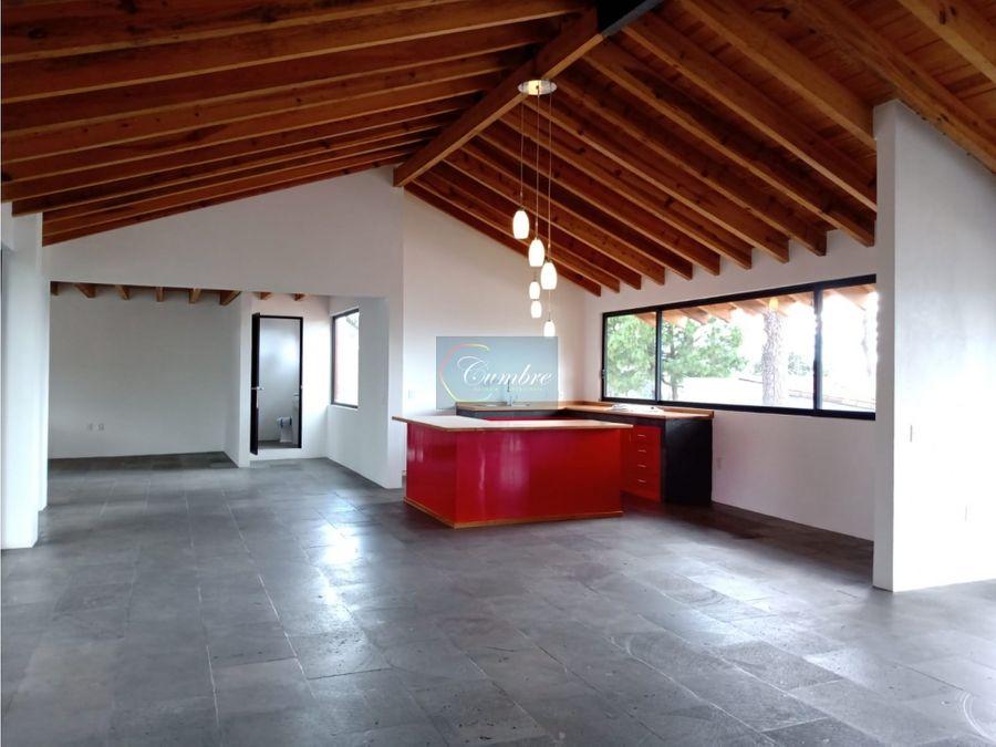 casa roja con vista al lago