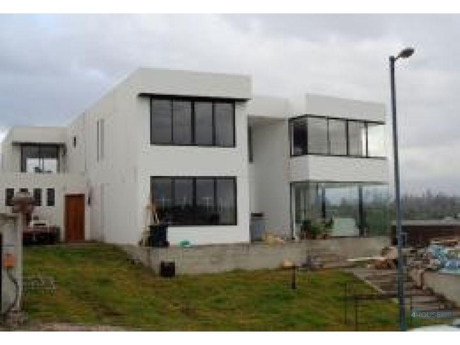 casa de 486 m2 en urbanizacion el ingenio en puembo