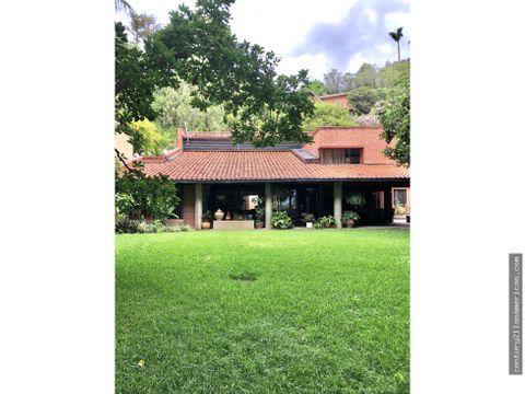 casa en cerro verde con imponente jardin y vista al avila
