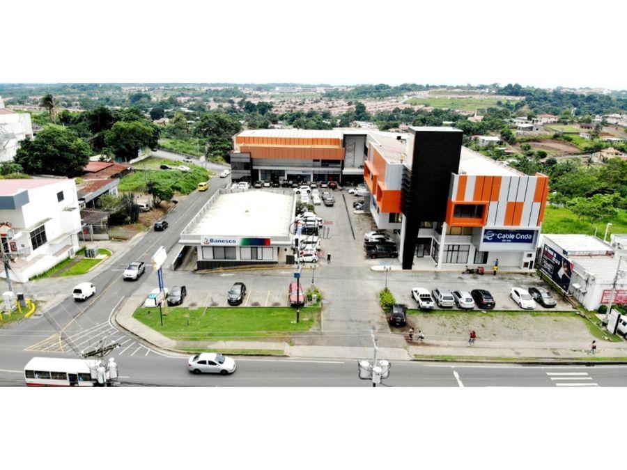 amplio local con divisiones en plaza comercial en chorrera