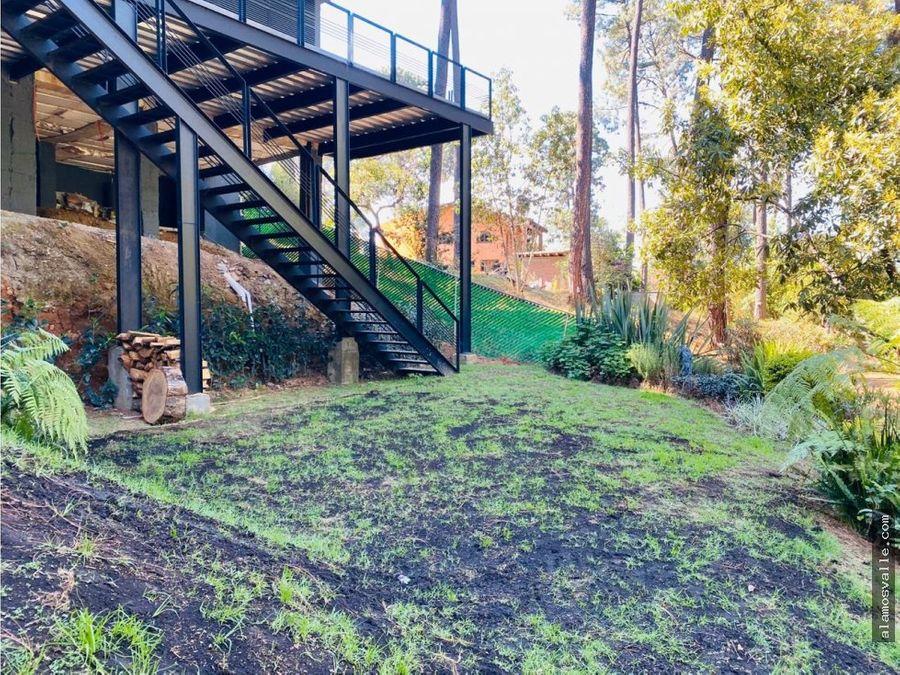 casa a orilla del rio y bosque