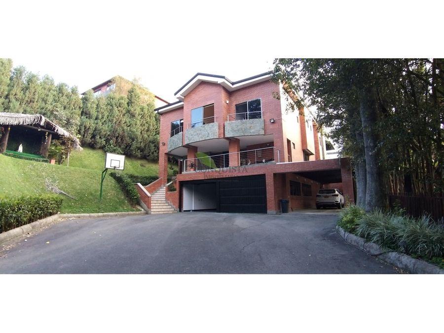 se vende hermosa casa en el poblado