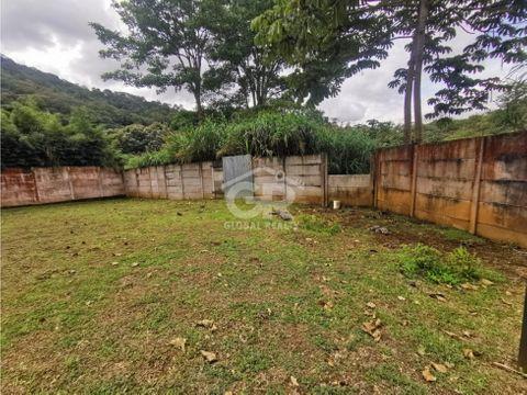 amplio lote con uso de suelo mixto en residencial cerrado