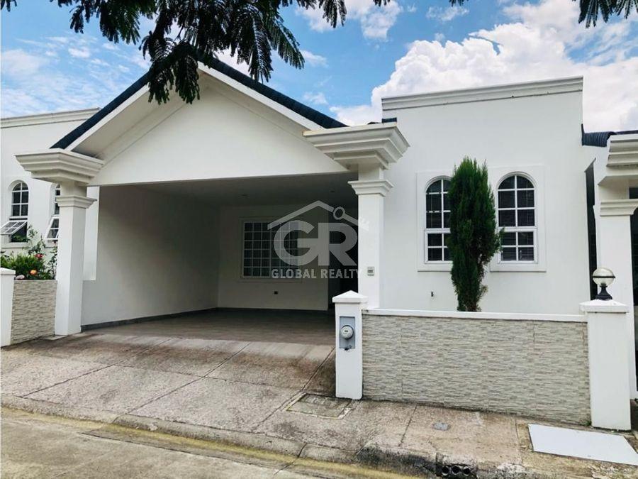 hermosa casa en venta de una sola planta en condominio curridabat