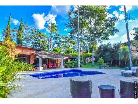 casa de un solo nivel zona verde y piscina en envigado