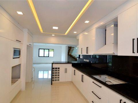casa de dos niveles en residencial los samanes