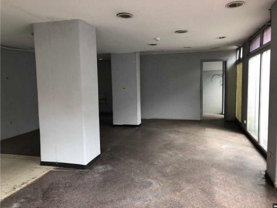 salon de tres pisos sobre colon
