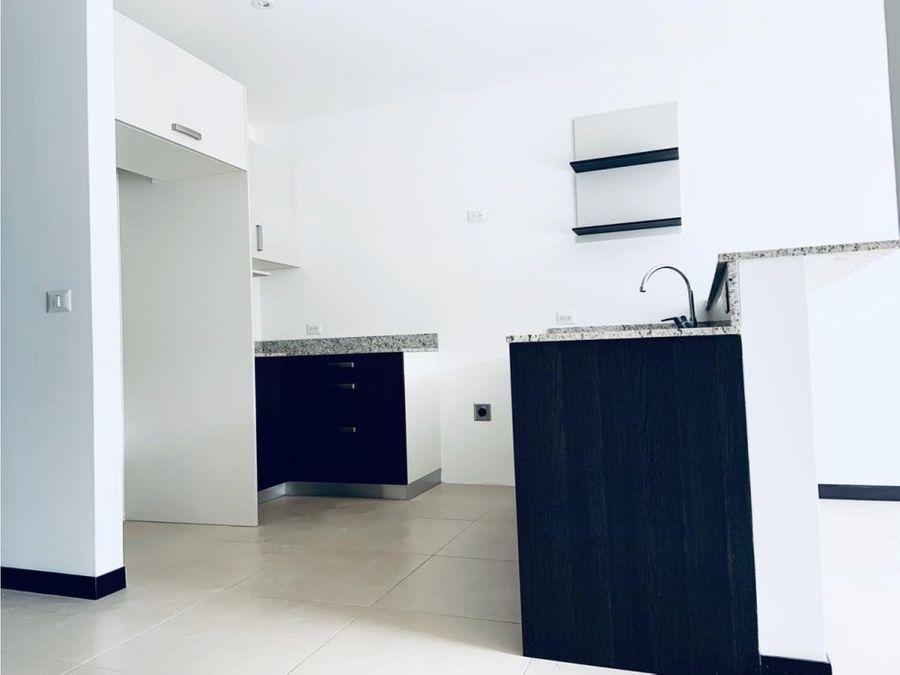 apartamento para alquiler en condominio ubicado en pozos de santa ana