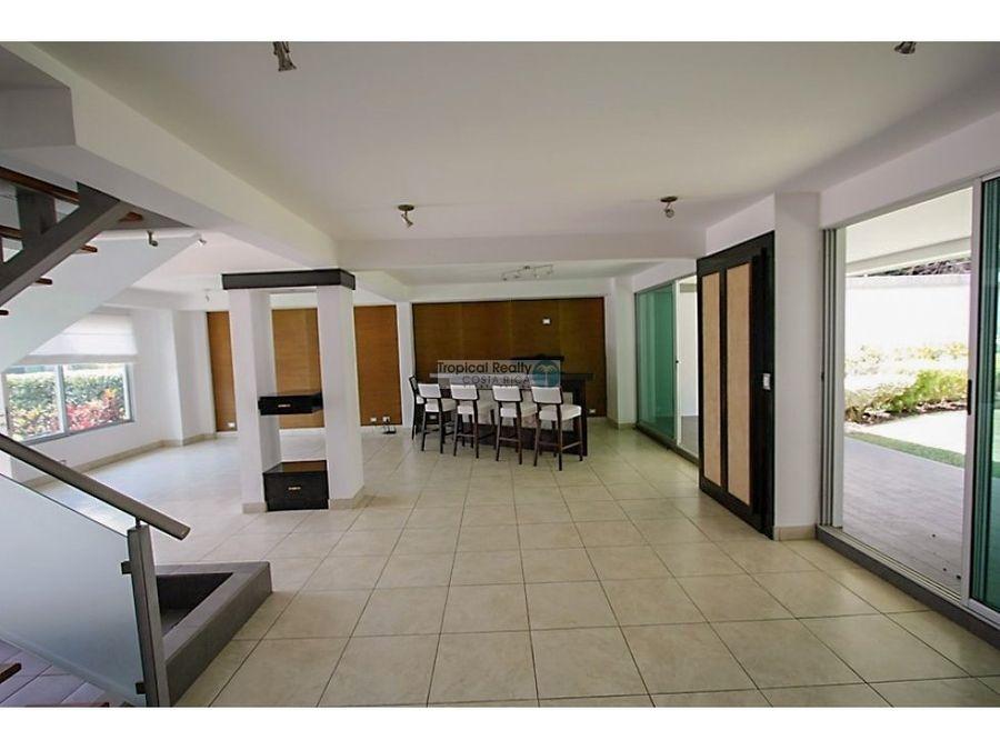 casa contemporanea para alquiler y venta en condominio en rio oro