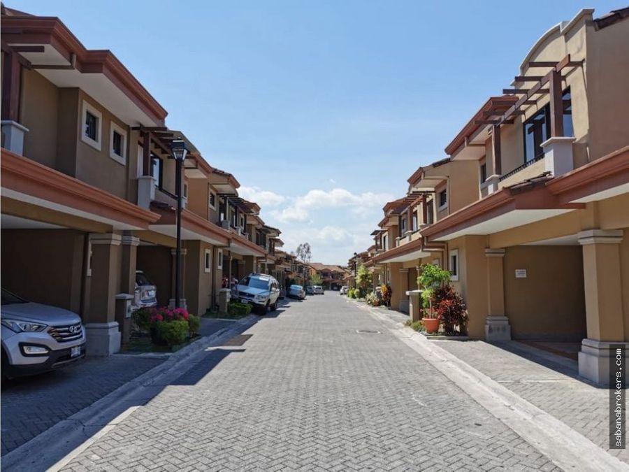 amplia casa en condominio cerca de distrito 4