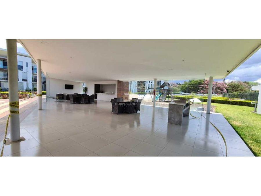 apartamento amplio con terraza techada y jardin en santa ana