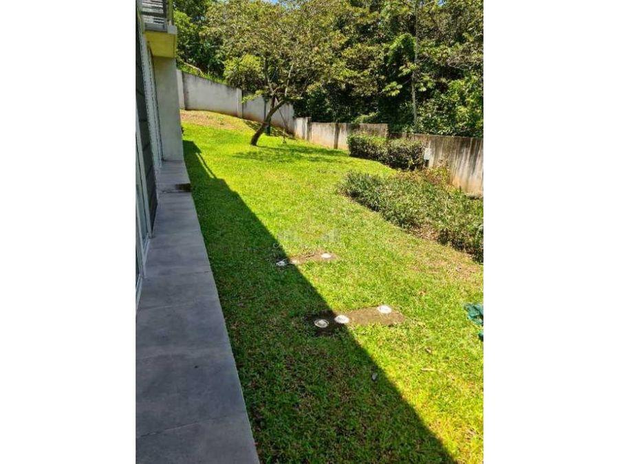 apartamento de dos niveles con jardin