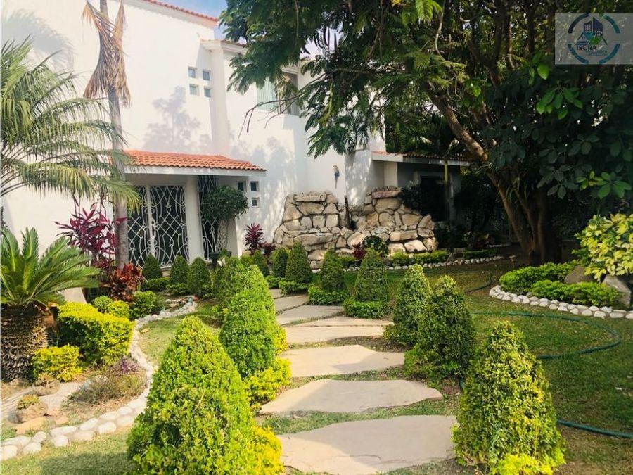 bonita casa con amplio jardin