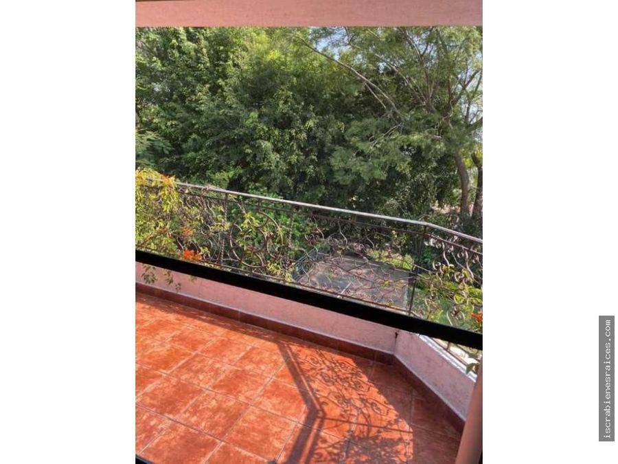 casa con amplio jardin estilo campestre