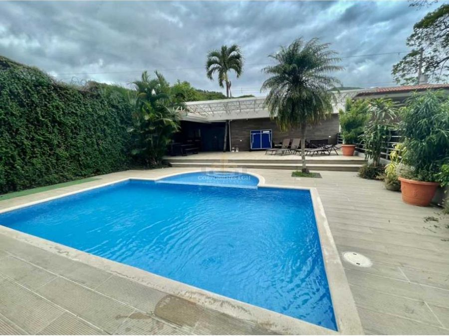 casa con piscina moderna minimalista en santa ana con seguridad