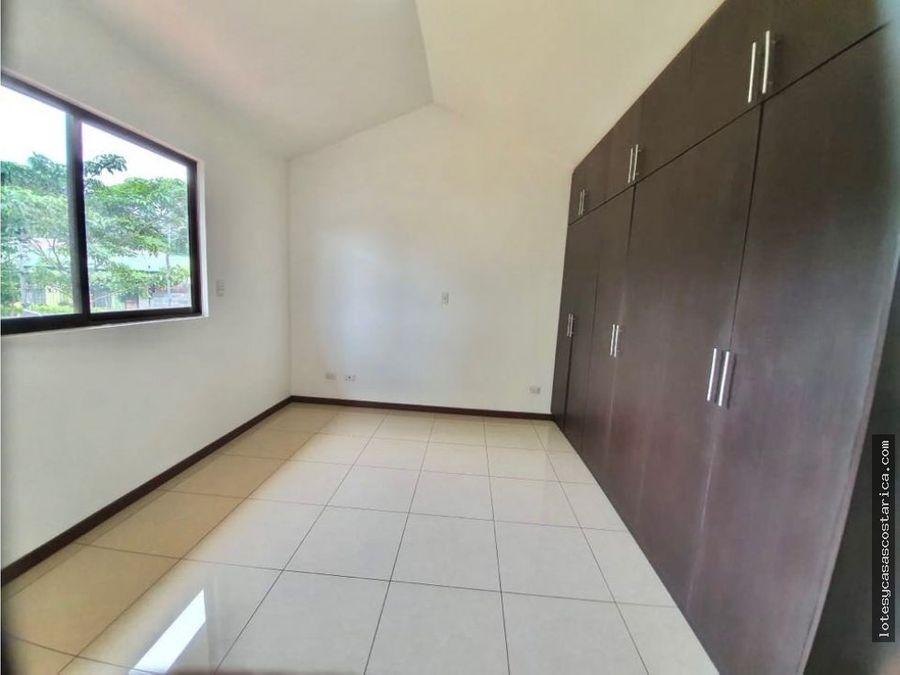 casa de 2 plantas para alquiler en condominio