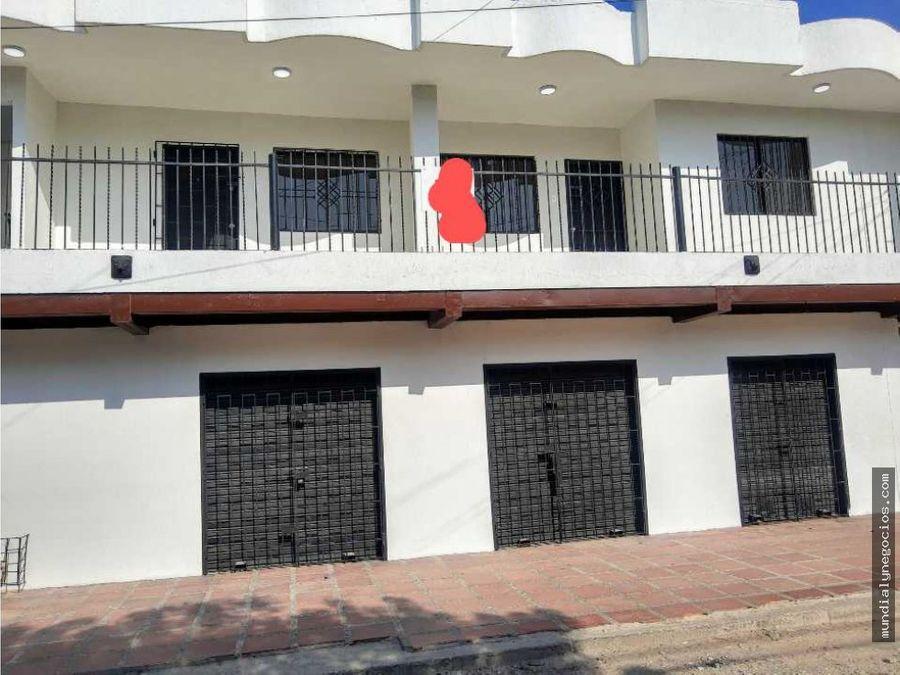 casa de dos pisos con local comercial y dos apartamentos en el segundo