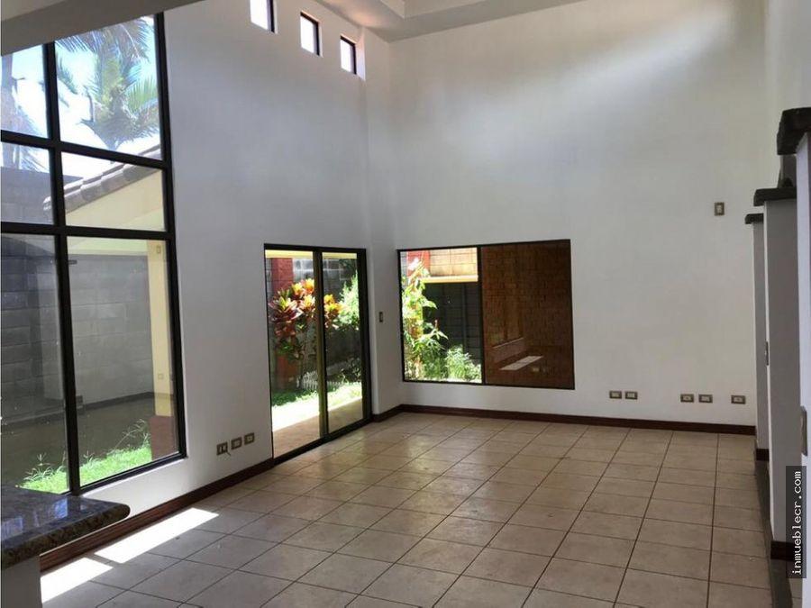 casa de una planta con linea blanca