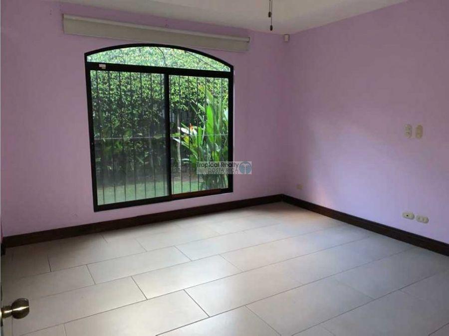 casa de una planta en venta o alquiler santa ana en condominio