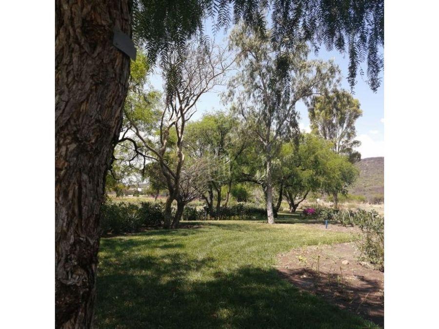 en venta terreno plano frente a jardin arbolado en altozano queretaro