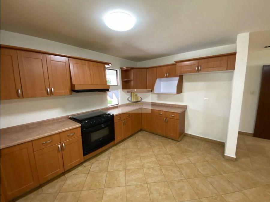 espaciosa casa en renta en zavaleta tres recamaras con bano cada una