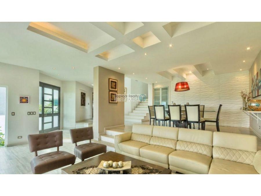 esta es una hermosa casa de lujo en el condominio cerro alto