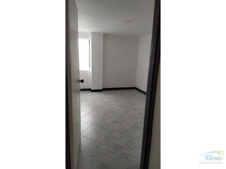 este es un apartamento con parqueadero y cuarto util muy amplios