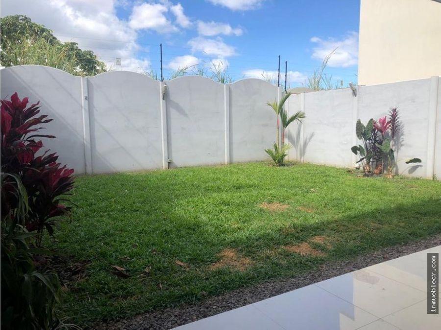preciosa casa en condominio con gran jardin